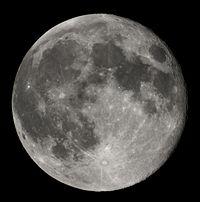 Desde el espacio, la Luna luce como un esfera gris-blanquecina, con cráteres de varios tamaños.